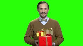 Marido que da los regalos de los presentes para la Navidad almacen de video