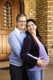 Marido que detiene a la esposa embarazada. Foto de archivo