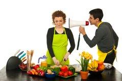 Marido que dice a la esposa cocinar más rápidamente Imagen de archivo