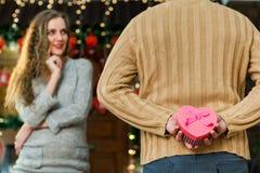 Marido que hace sorpresa a su esposa bonita el día del ` s de la tarjeta del día de San Valentín Fotos de archivo libres de regalías