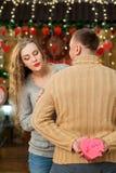 Marido que hace sorpresa a su esposa el día del ` s de la tarjeta del día de San Valentín Fotos de archivo