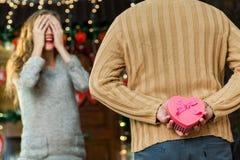 Marido que hace sorpresa a su esposa el día del ` s de la tarjeta del día de San Valentín Imágenes de archivo libres de regalías