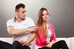 Marido que intenta disculparse esposa desacuerdo Imagenes de archivo