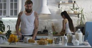 Marido que junta-se a sua esposa na cozinha para o café da manhã filme