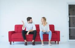 Marido que pelea con el conflicto y los pares que agujerean en la sala de estar, emociones negativas de la esposa imágenes de archivo libres de regalías