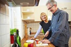 Marido que prepara frutas imagem de stock