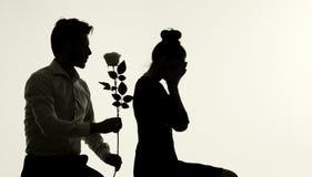 Marido que se disculpa su esposa preciosa Foto de archivo