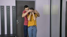 Marido que trae a la esposa a su nueva casa almacen de metraje de vídeo