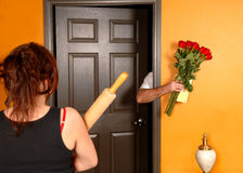 Marido que viene a casa tarde a la esposa enojada Foto de archivo libre de regalías