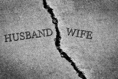 Marido roto peligroso y esposa del cemento agrietado viejo de la acera imagen de archivo
