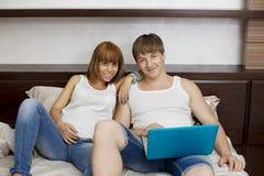 Marido y esposa con una computadora portátil Imagen de archivo libre de regalías
