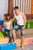 Marido y esposa en el cuarto de niños Imagenes de archivo