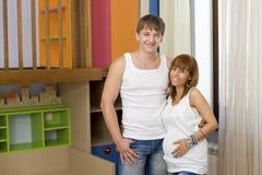Marido y esposa en el cuarto de niños Fotografía de archivo libre de regalías