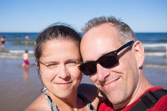 Marido y esposa en el mar Foto de archivo