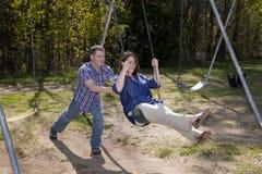 Marido y esposa en el parque Imagenes de archivo