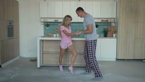 Marido y esposa que bailan junto en casa almacen de metraje de vídeo