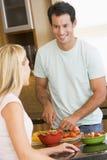Marido y esposa que preparan la cena Imágenes de archivo libres de regalías