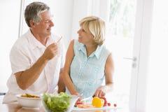 Marido y esposa que preparan la comida, mealtime junto Imagen de archivo