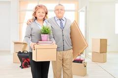 Marido y esposa que presentan en su nuevo apartamento Fotos de archivo