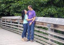 Marido y esposa que presentan en un puente de madera en Washington Park Arboretum, Seattle, Washington foto de archivo