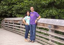 Marido y esposa que presentan en un puente de madera en Washington Park Arboretum, Seattle, Washington imagen de archivo libre de regalías