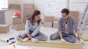 Marido y esposa que trabajan junto en la reparación de su apartamento almacen de video