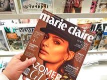 Marie Claire-tijdschrift in een hand stock foto's