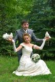 Mariée et marié avec des pigeons Photos libres de droits
