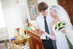Mariée et marié dans l'église Photographie stock