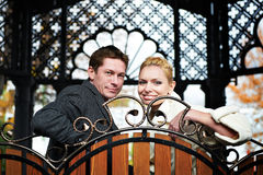 Mariée et marié heureux sur le banc décoratif Images libres de droits