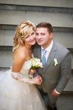 Mariée et marié heureux sur les escaliers Photos libres de droits