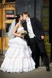 Mariée et marié à l'entrée à la métro de Moscou Images stock