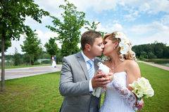 Mariée et marié romantiques de baiser avec des pigeons en stationnement Images stock