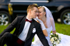 Mariée et marié sur le fond de véhicule de mariage Image stock