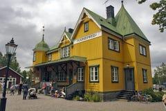 Mariefred, Schweden - historisches Bahngebäude Lizenzfreie Stockbilder