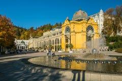 Marienbad, repubblica Ceca: Colonnato fatta di ghisa e della fontana con gli spruzzatori immagine stock