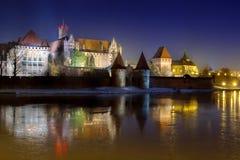 Marienburg slott i Malbork på natten Arkivbild