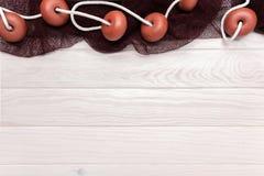 Mariene achtergrond met houten lijst en visnetten De ruimte van het exemplaar stock afbeelding