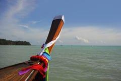Mariene landschapsmening van lange staartboot bij Krabi-het eiland van provinciekoh phi phi in Thailand Zuid-Azige Royalty-vrije Stock Foto