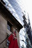 Mariene overzeese rode vlagvlag bij het Baltische Uitwisselingsgebouw, 38 St Mary Axe stock afbeeldingen