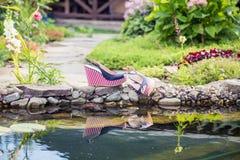 Mariene sandals liggen naast de pool royalty-vrije stock afbeeldingen