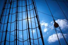 Mariene touwladder bij zeilboot Stock Foto