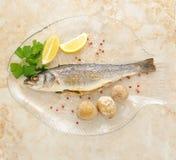 Mariene vissenzeebaars gekookt in de oven op een transparante plaat stock foto's