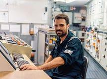 Mariene werktuigkundige die in motorruimte werken royalty-vrije stock afbeelding