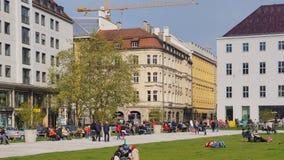 Marienhof munich bavaria parkerar soliga gångare för vårdag arkivfoto