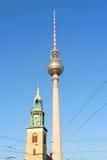 Marienkirche und Fernsehkontrollturm in Berlin Stockbilder