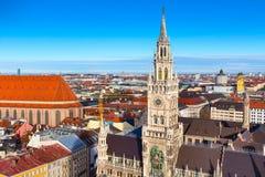 Marienplatz城镇厅和城市地平线在慕尼黑,德国 免版税库存图片