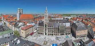Marienplatz广场全景有新市镇霍尔和Frauenkirche的在慕尼黑,德国 免版税库存图片