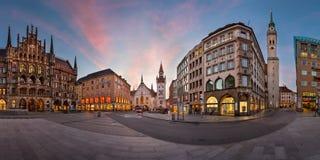 Marienplatz早晨,慕尼黑,巴伐利亚,德国全景  免版税库存照片