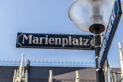 Marienplatz的路牌在慕尼黑,德国, 2015年 库存图片
